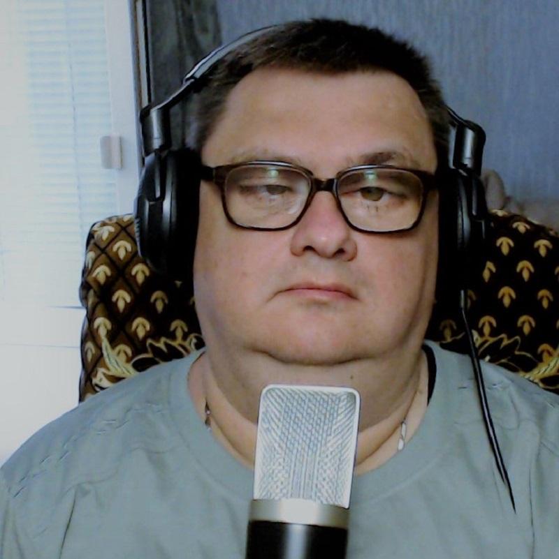 Александр Козлов в наушниках и с микрофоном